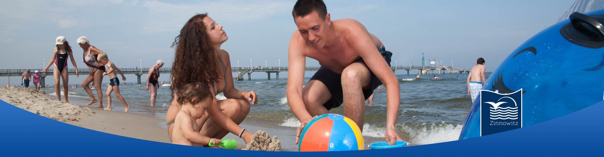 Seebrücke Ostseebad Zinnowitz mit Familie am Strand